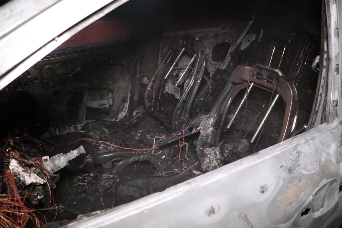 Очевидцы утверждают, что автомобиль подожгли