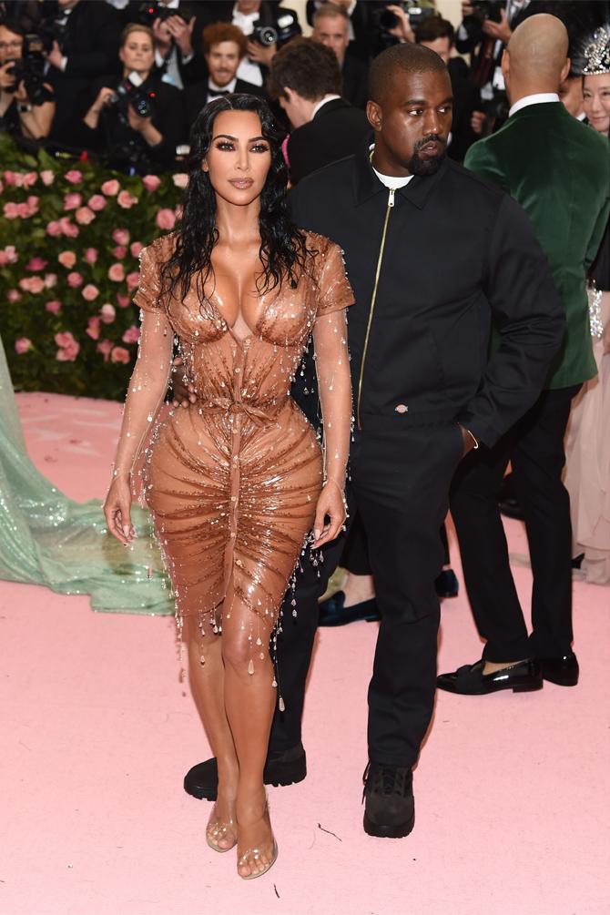 """Едва ли не самый обычный и стандартный, учитывая свой имидж, подготовила Ким Кардашьян. А охранял свою жену в """"мокром платье"""" Канье Уэст в костюме за 43 доллара"""
