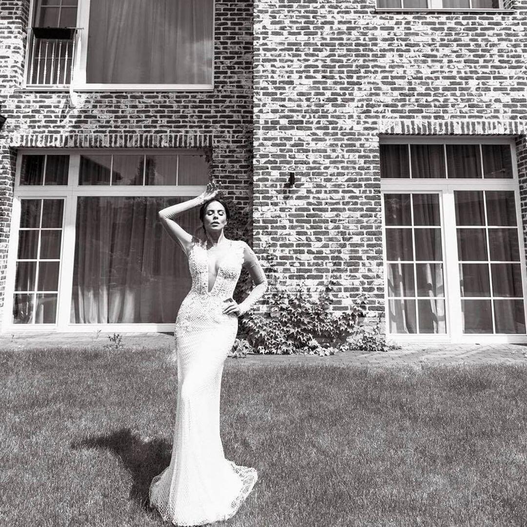 А вот и прекрасное свадебное платье Насти Каменских. Наряд отлично подчеркивает замечательную фигуру 32-летней невесты.