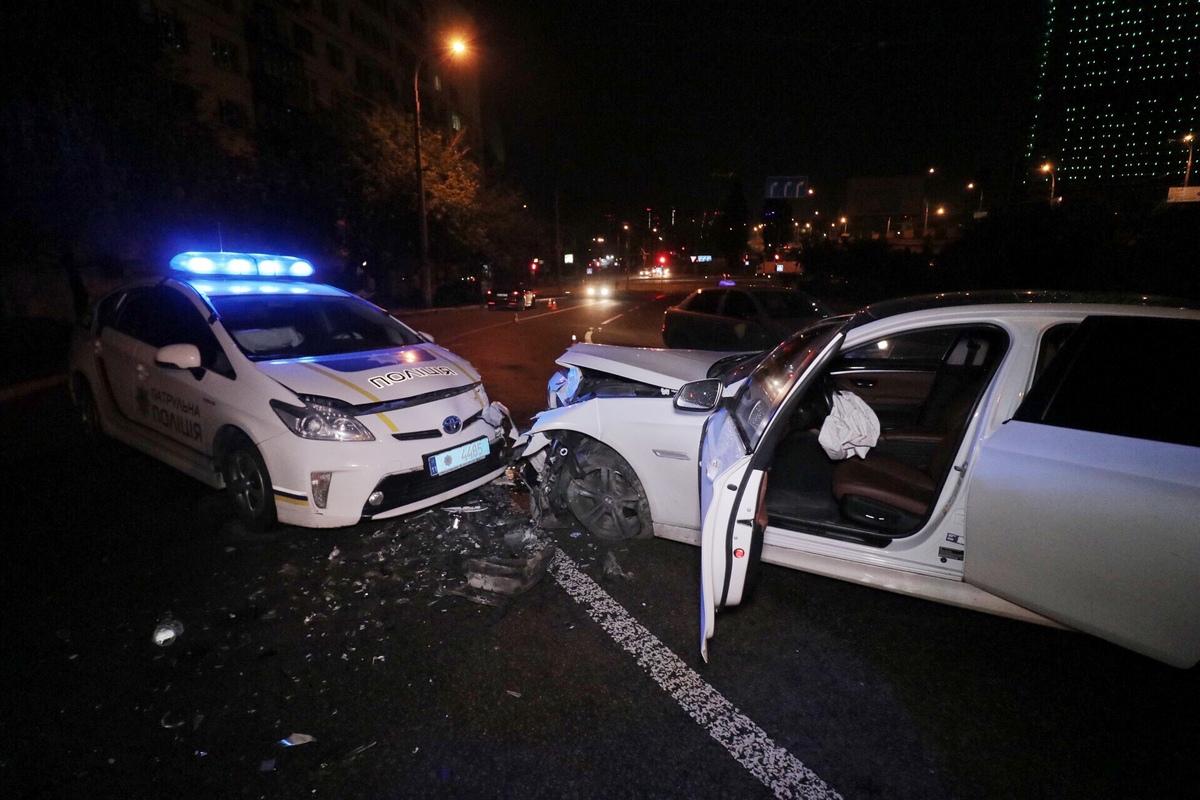 Предварительно, полицейский автомобиль выехал на встречную полосу