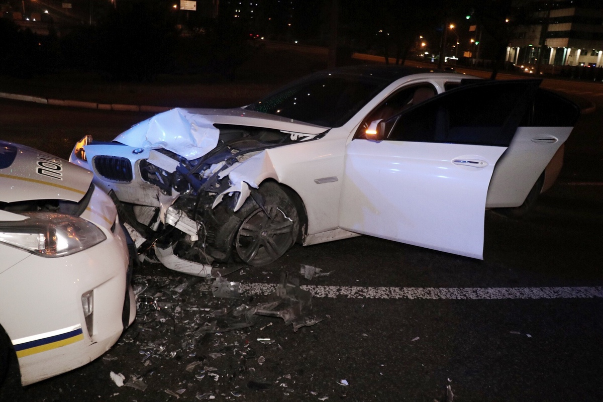 Водитель BMW получил травмы ног