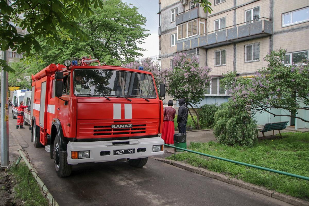 По адресу улица Тычины,11 в квартире обнаружили тела двоих человек и истощенную двухлетнюю девочку