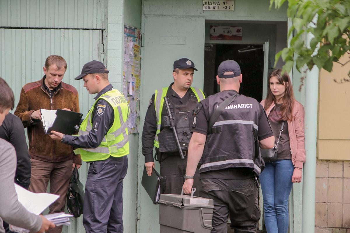 Спасатели вскрыли дверь и нашли тела и маленькую девочку, которая еще была жива
