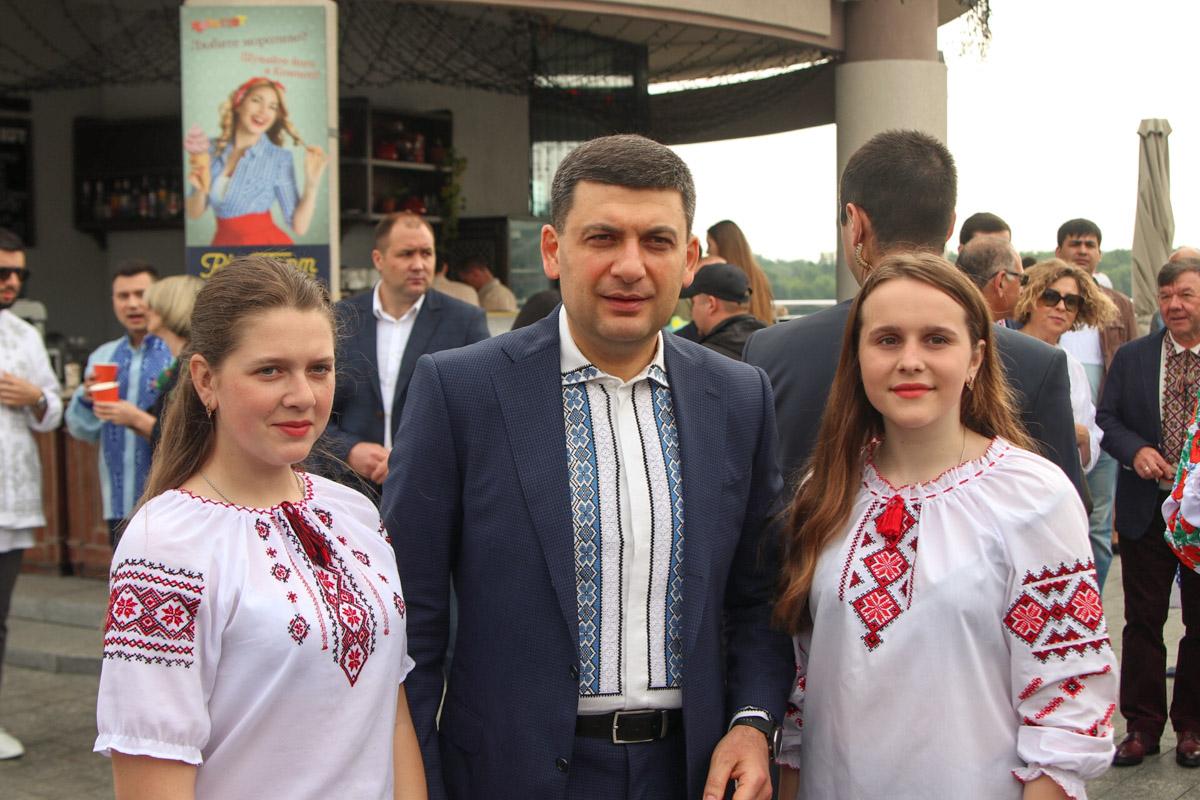 Владимир Гройсман приехал в вышиванке на Почтовую площадь