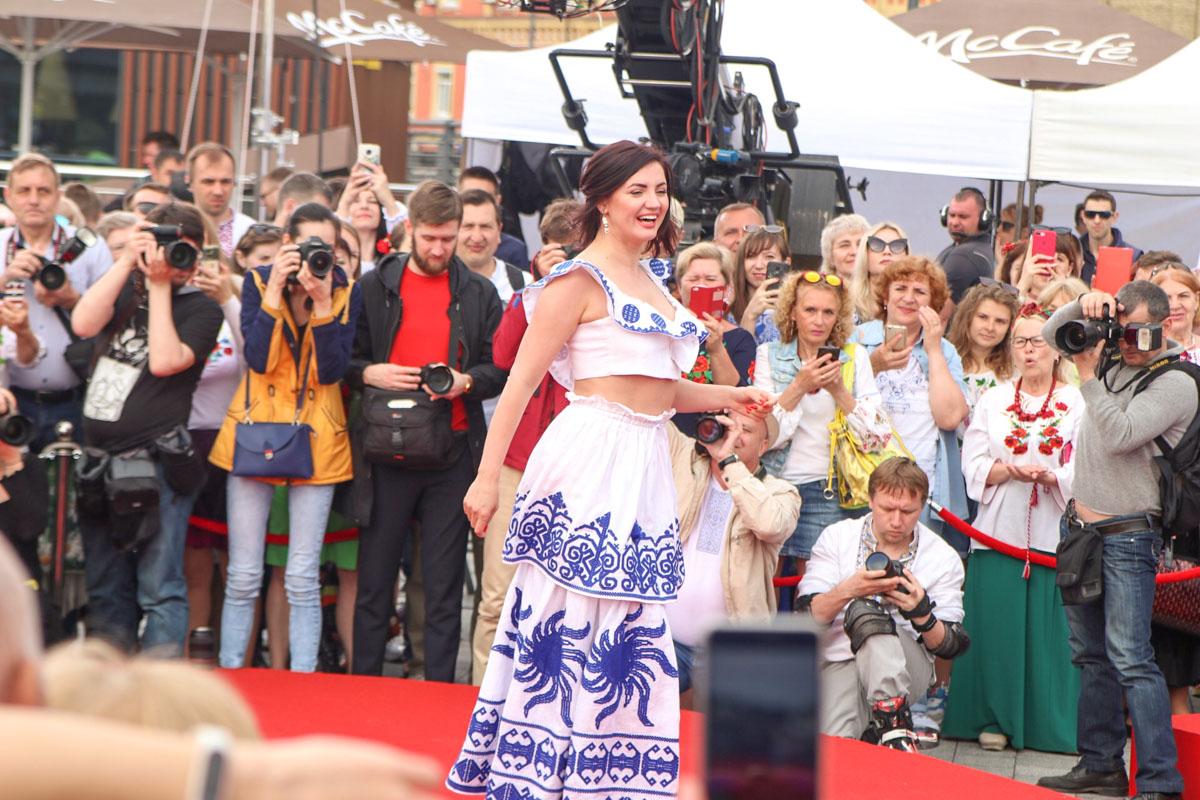 Ольга Цибульская показала очень красивый и модный формат вышитого платья