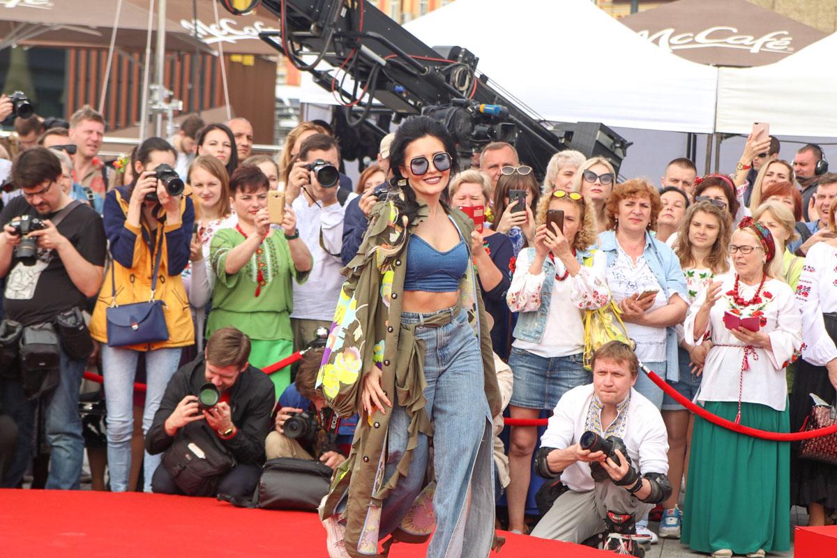 Анна Добрыднева прогулялась по подиуму и поддержала звездный флешмоб