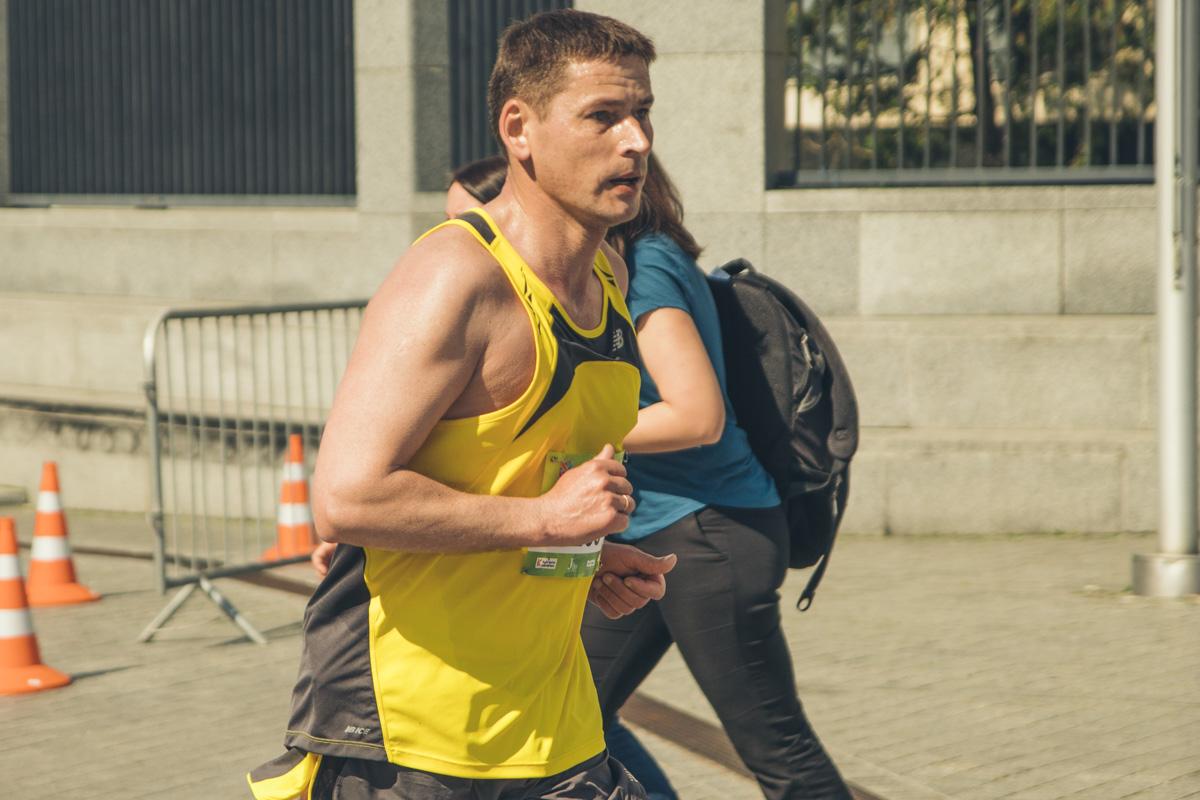 Бегуны могли выбрать одну из четырех дистанций — от вполне реальных для новичков шести километров до полноценной марафонской дистанции