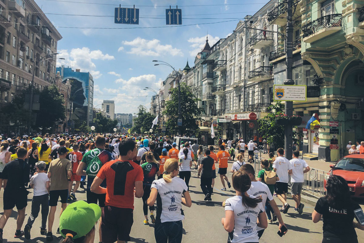 26 мая в центре Киева нельзя было увидеть ни одной машины, зато можно было наблюдать толпы людей с номерками на футболках