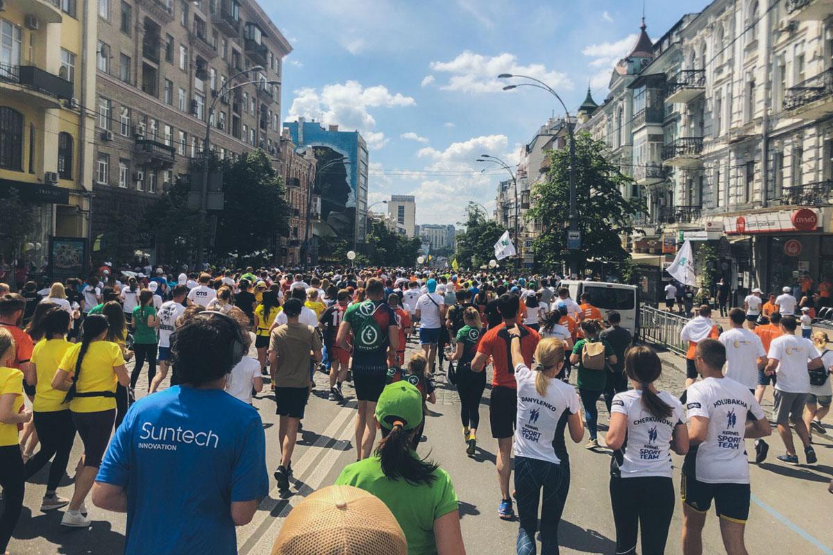 """Все эти тысячи человек приняли участие в спортивно-благотворительном мероприятии """"Пробеге под каштанами"""""""
