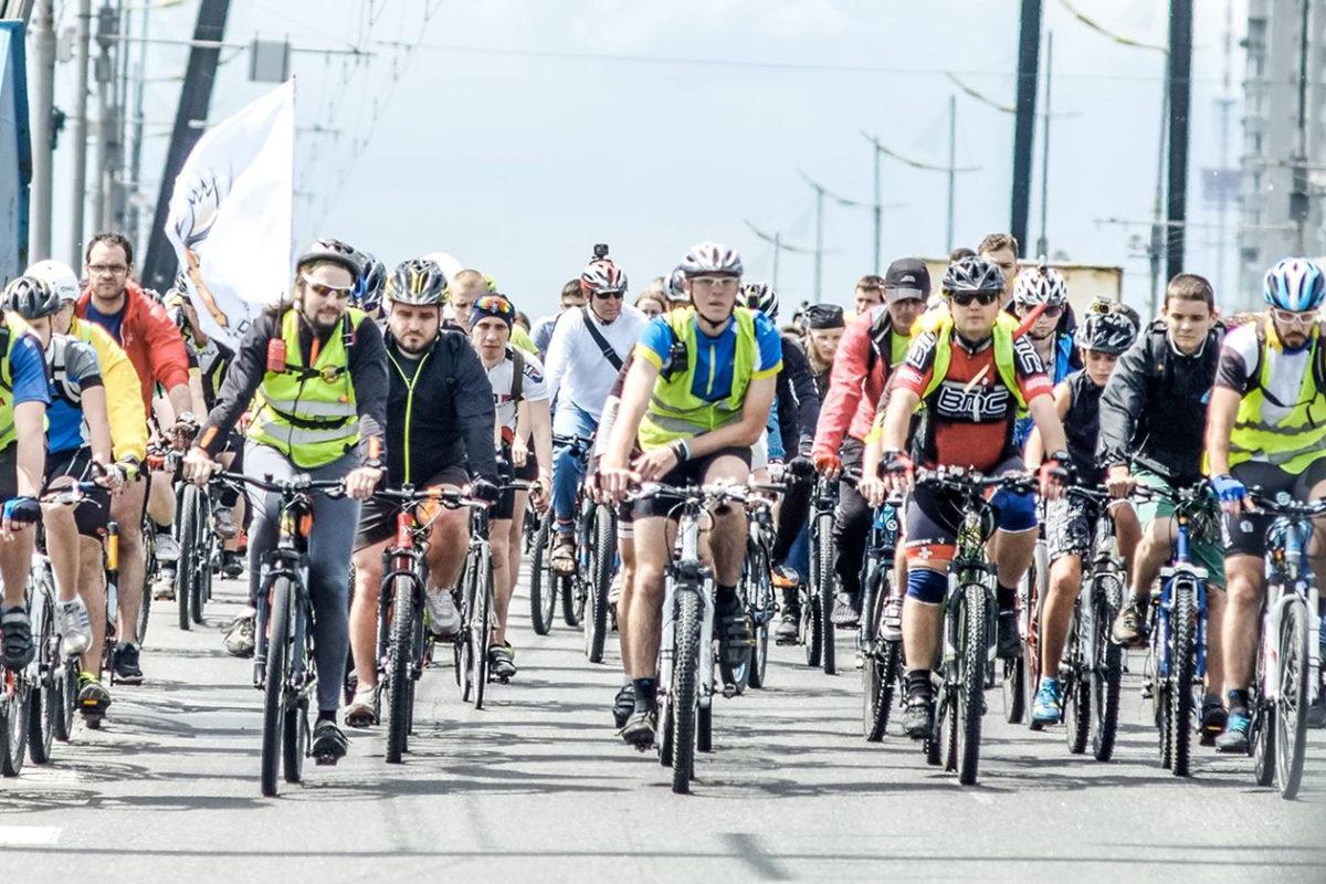 Каждый год в Киеве собираются тысячи любителей велосипедов