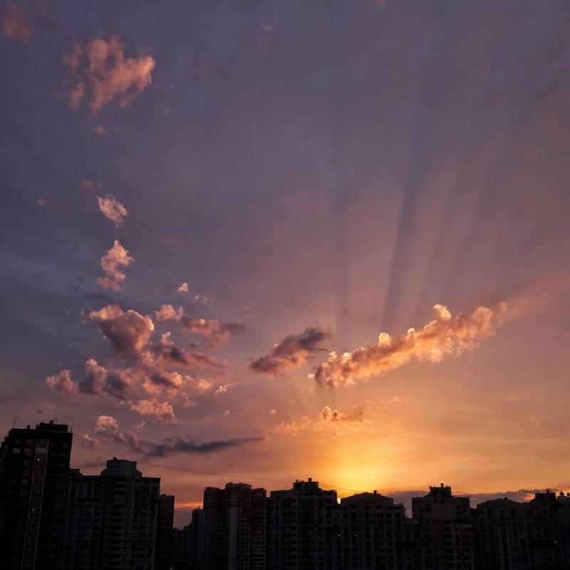 Когда мы в школе рисовали солнечные лучи, мало кто представлял такой рисунок в природе. Но нет, он действительно существует. Фото: @sunsetskyiv