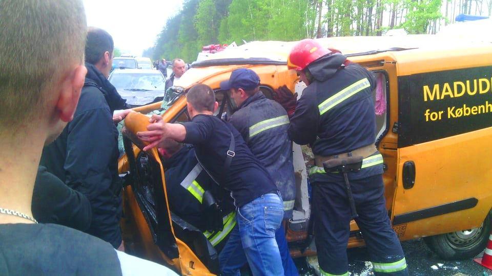 Заблокированным в своем автомобиле оказался водитель Doblo, которого вырезали спасатели