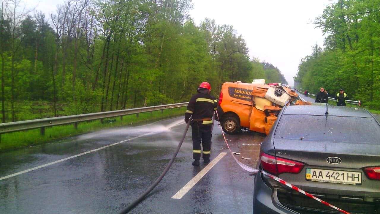 Под Киевом произошло ДТП с участием трех авто, в результате которого пострадали два человека