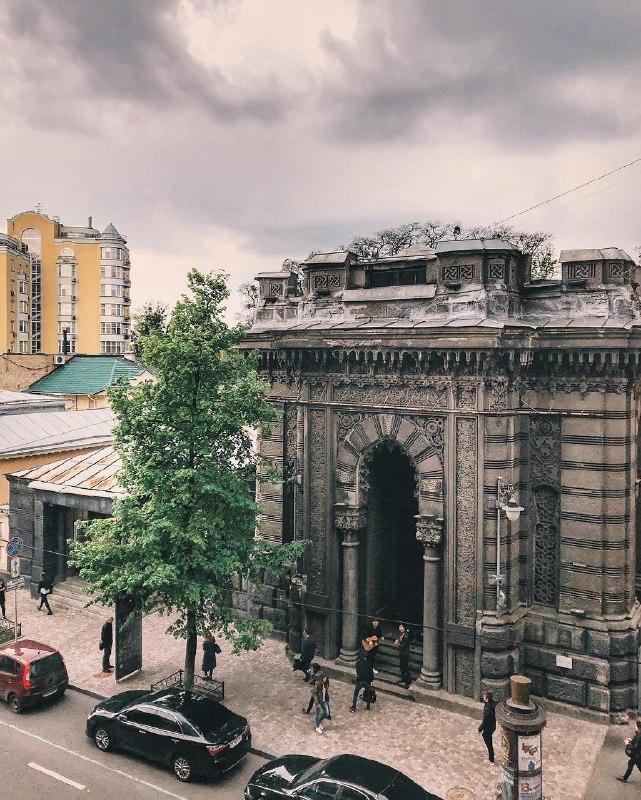 Серое здание притягивает серые тучи. В жизни тоже так. Фото: @anastasiazi
