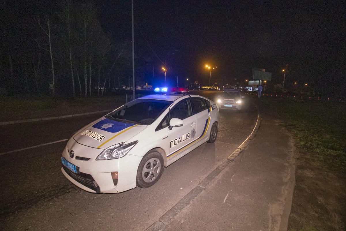 """На место прибыли патрульные, которые пытались выяснить, действительно ли в салоне """"француза"""" находились двое людей и, сбежал ли водитель"""