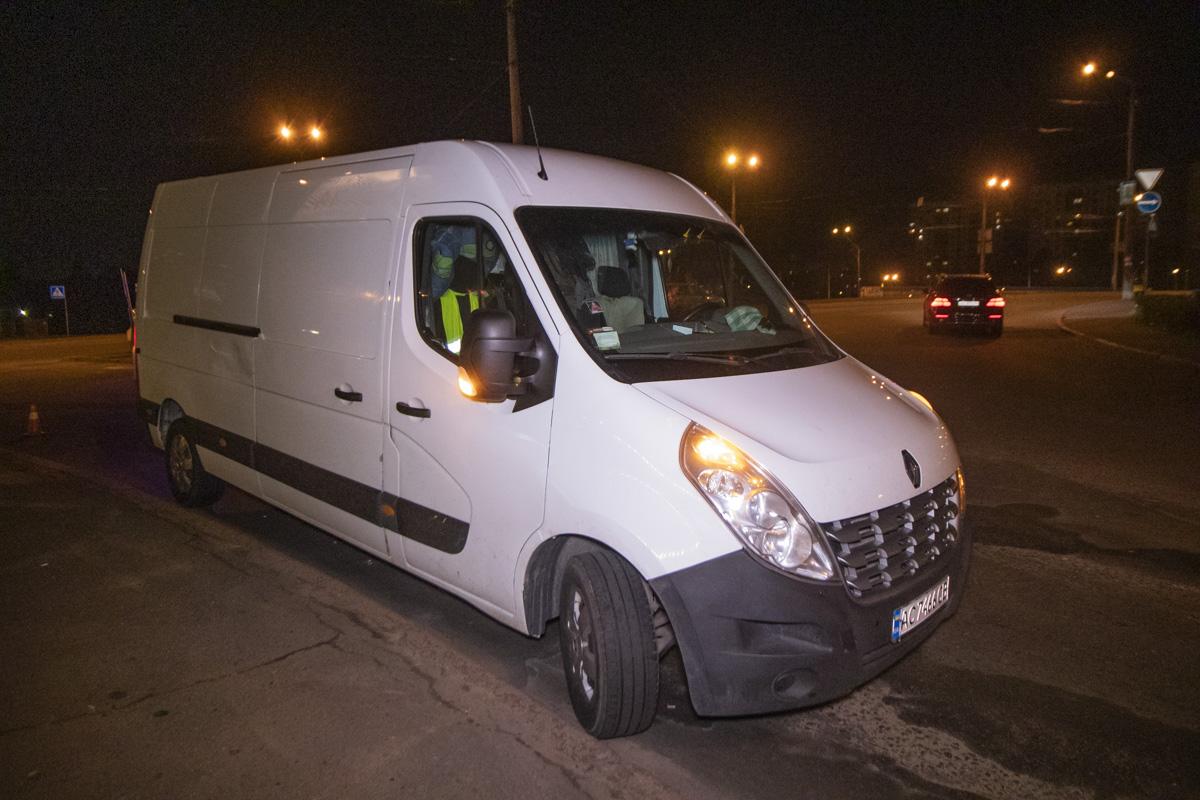 Мужчина на фургоне Renault наехал на 18-летнего парня на пешеходном переходе рядом со станицей метро «Черниговская»
