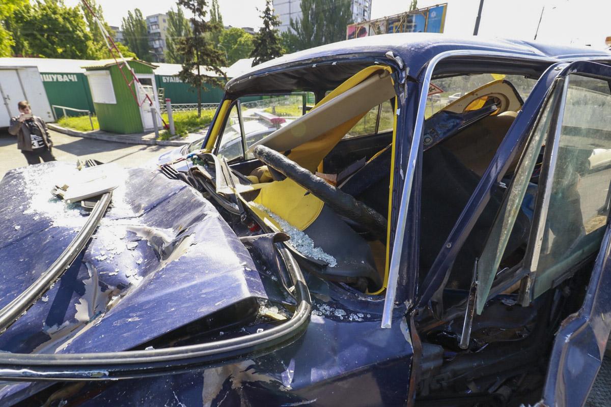 В результате столкновения двое мужчин, которые находились в салоне ВАЗ, погибли на месте