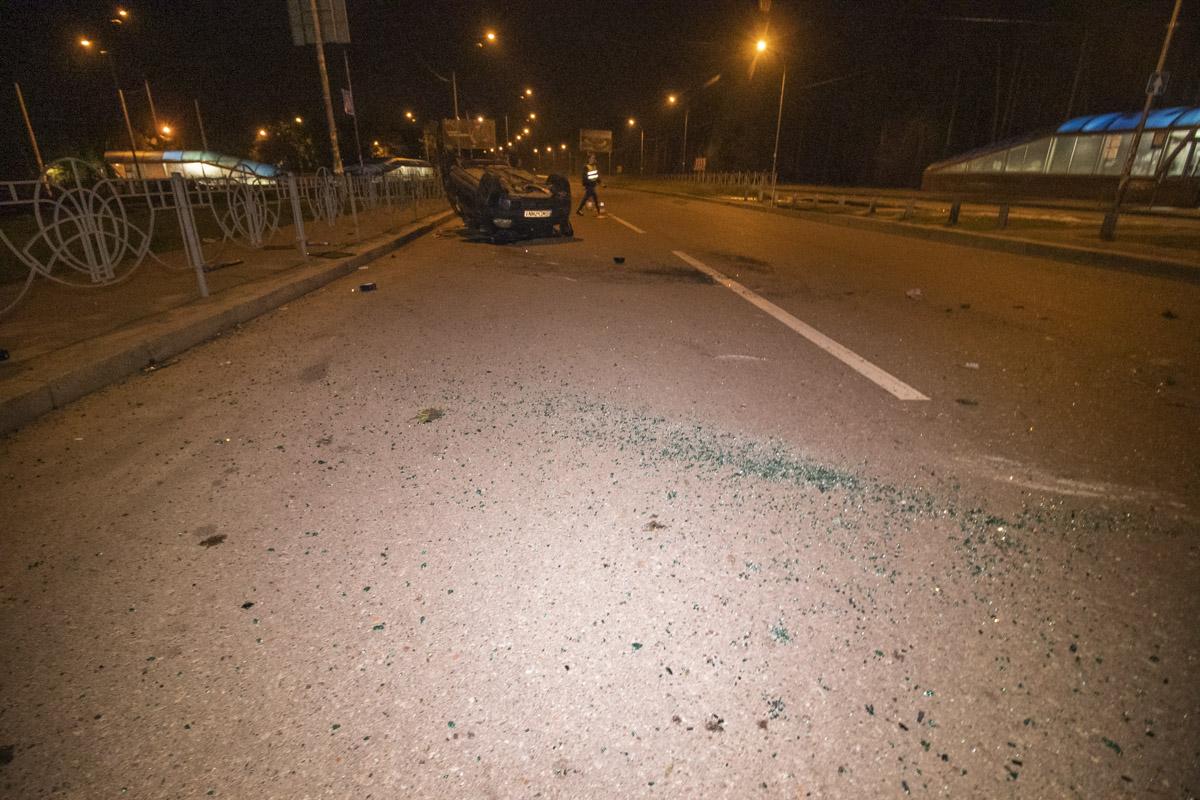 Владелец ZAZ сообщил, что он помог покинуть салон перевернутой машины одному мужчине, который сначала пытался сбежать, а потом сказал, что он пассажир