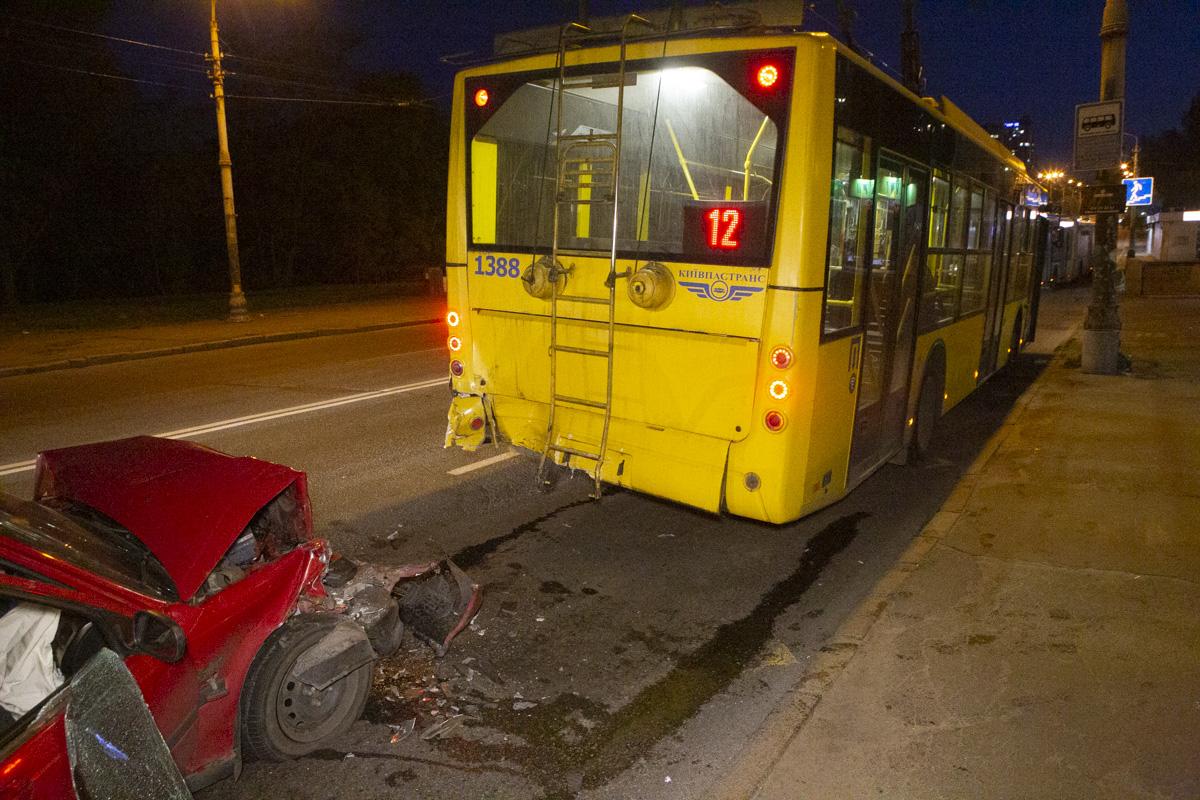 На Голосеевском проспекте Honda влетела в троллейбус