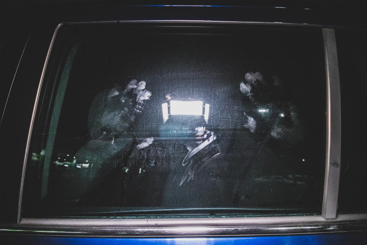 Нетрезвый водитель автомобиля Opel Zafira службы такси Uber чуть не сбил нескольких человек и влетел в грузовик Mercedes