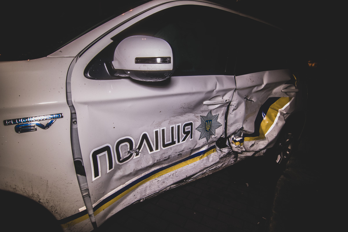 В результате удара пострадал водитель полицейского автомобиля. Его госпитализировали с травмами шеи различной тяжести