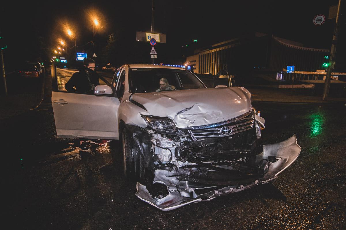 У Toyota значительно повреждена передняя часть