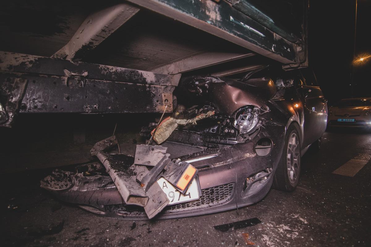 На выезде с Южного моста по направлению в сторону Осокорков Fiat влетел под грузовик MAN