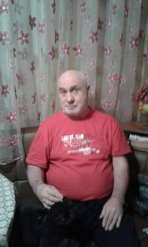 Мужчина пережил инсульт и ходит с тростью