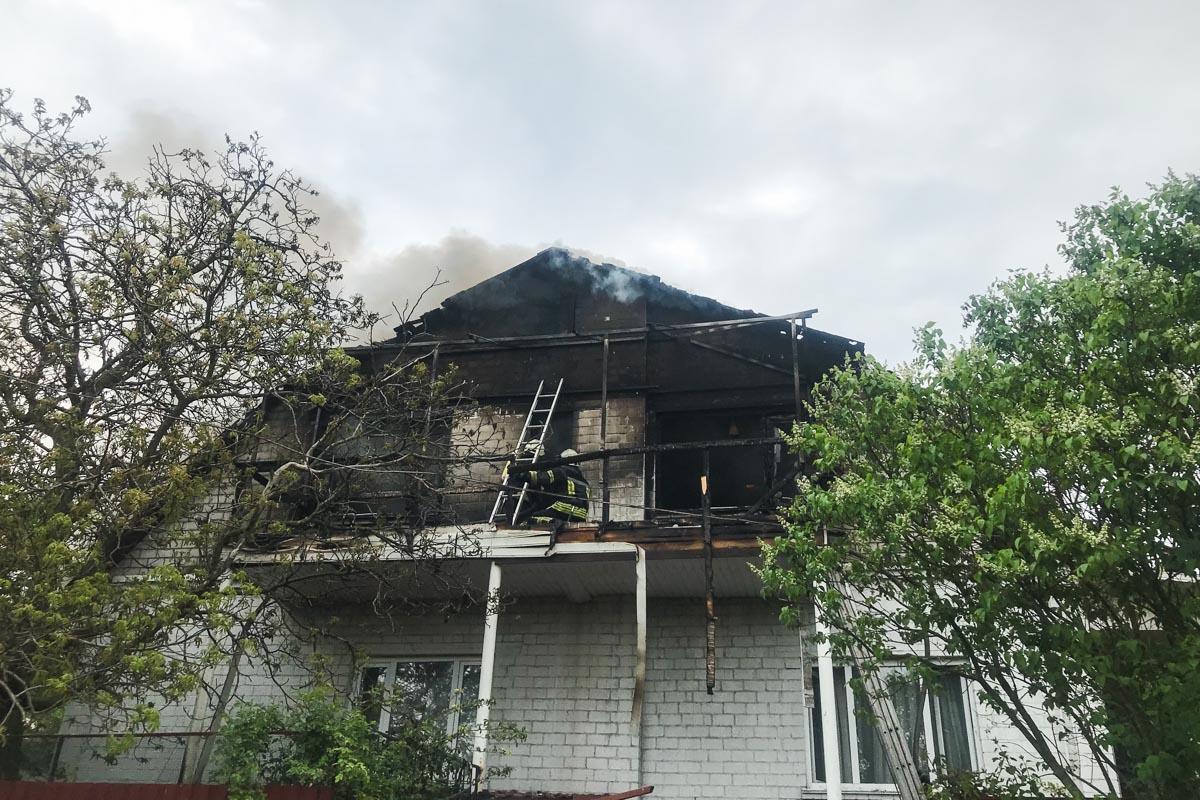 Загорелся двухэтажный частный дом