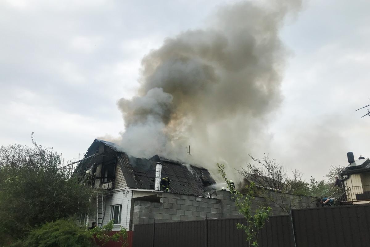 Спасатели пытаются полностью ликвидировать возгорание