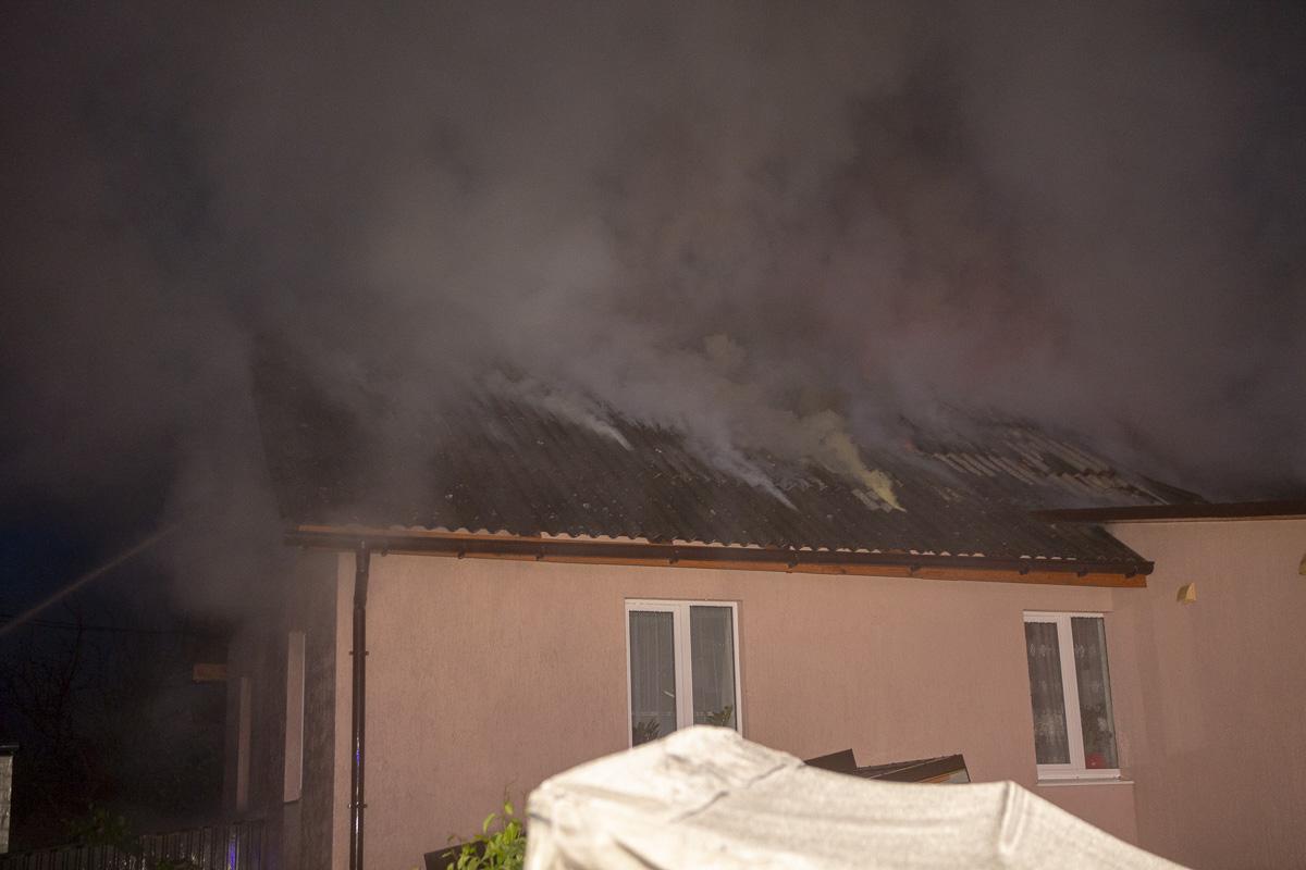В Киеве на улице Сырецкой загорелся частный дом