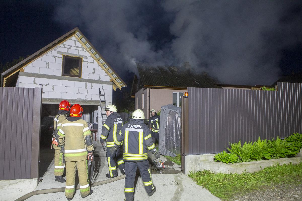 По словам хозяев дома, перед пожаром они слышали хлопок, похожий на взрыв