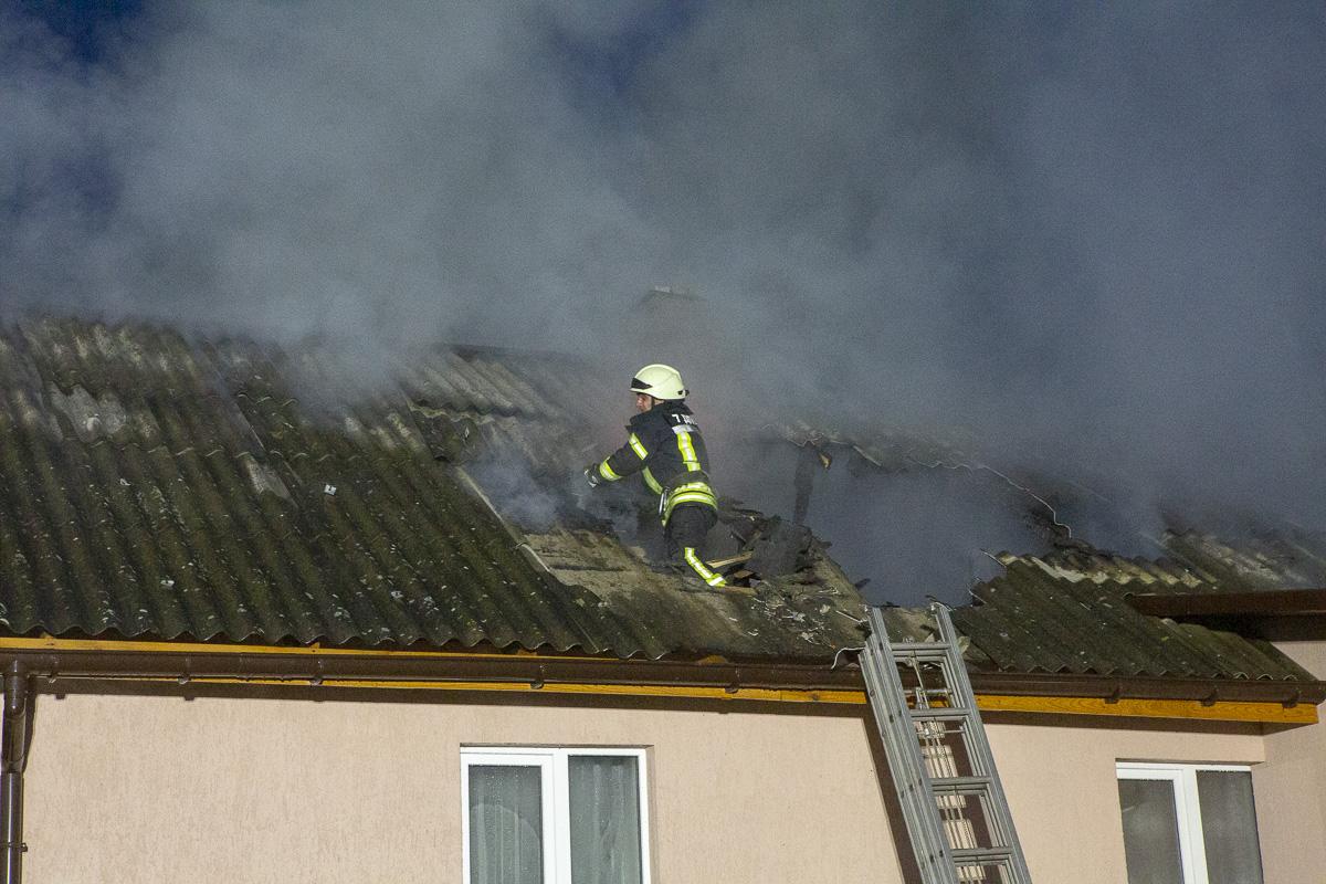 Чтобы потушить крышу, спасателям пришлось ломать черепицу