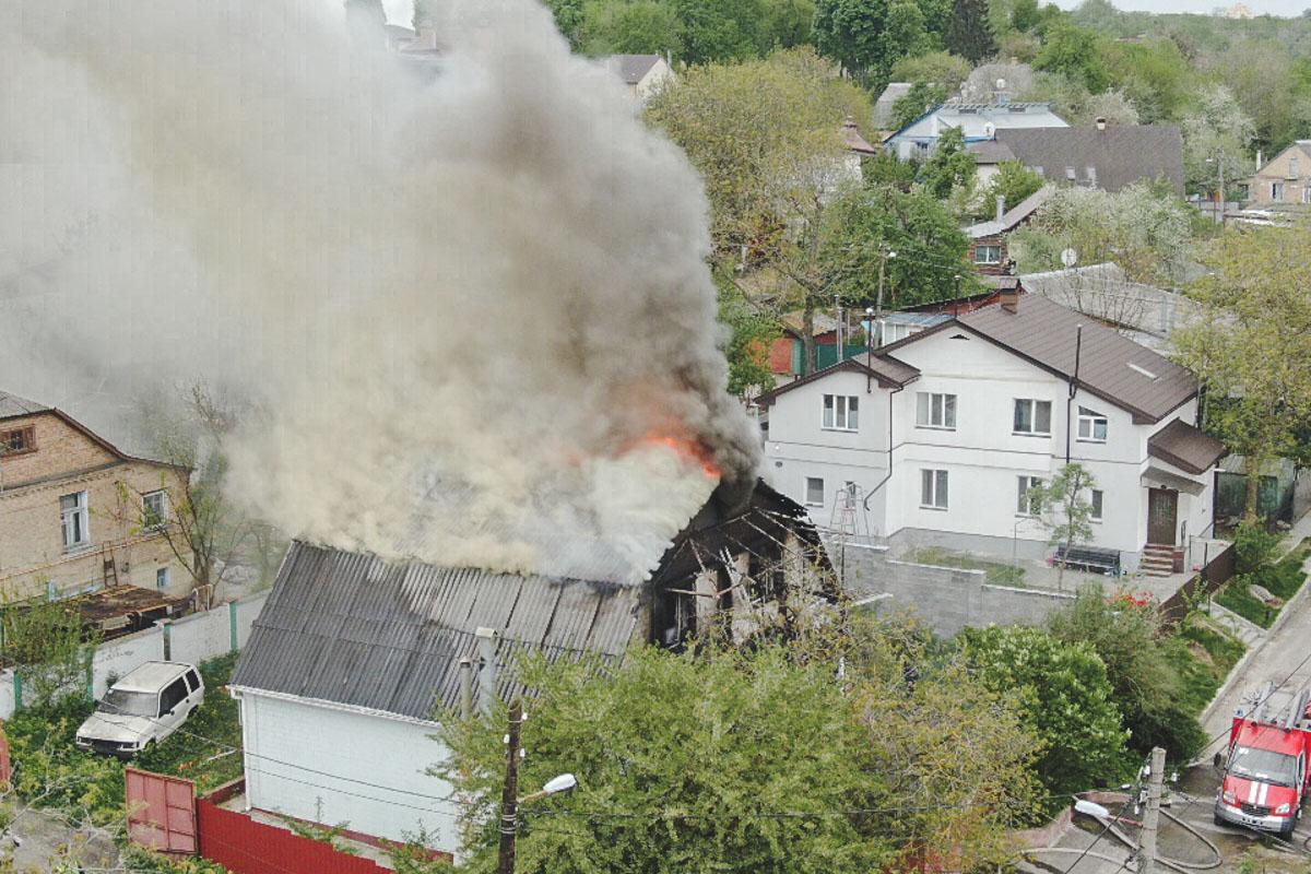 Огонь охватил второй этаж и крышу здания на площади 100 квадратных метров