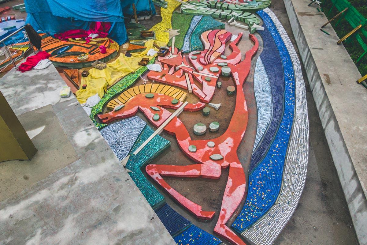 На дне фонтана переплетаются морские обитатели и мифические герои