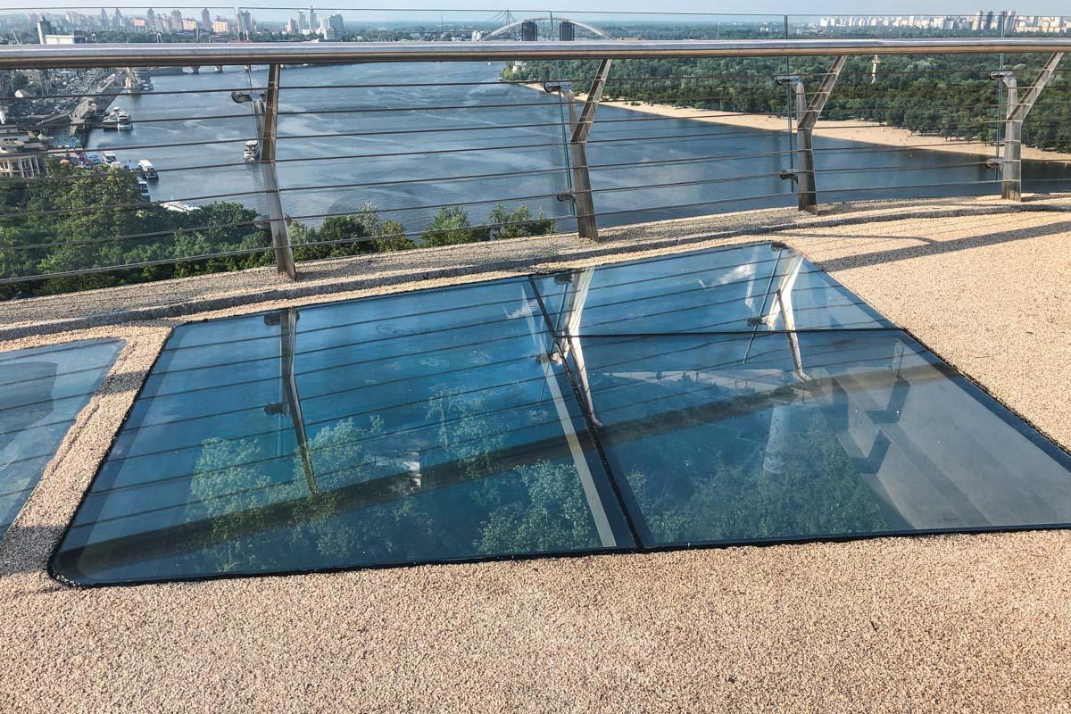 Всего на мосту за два дня пришлось заменить три стекла