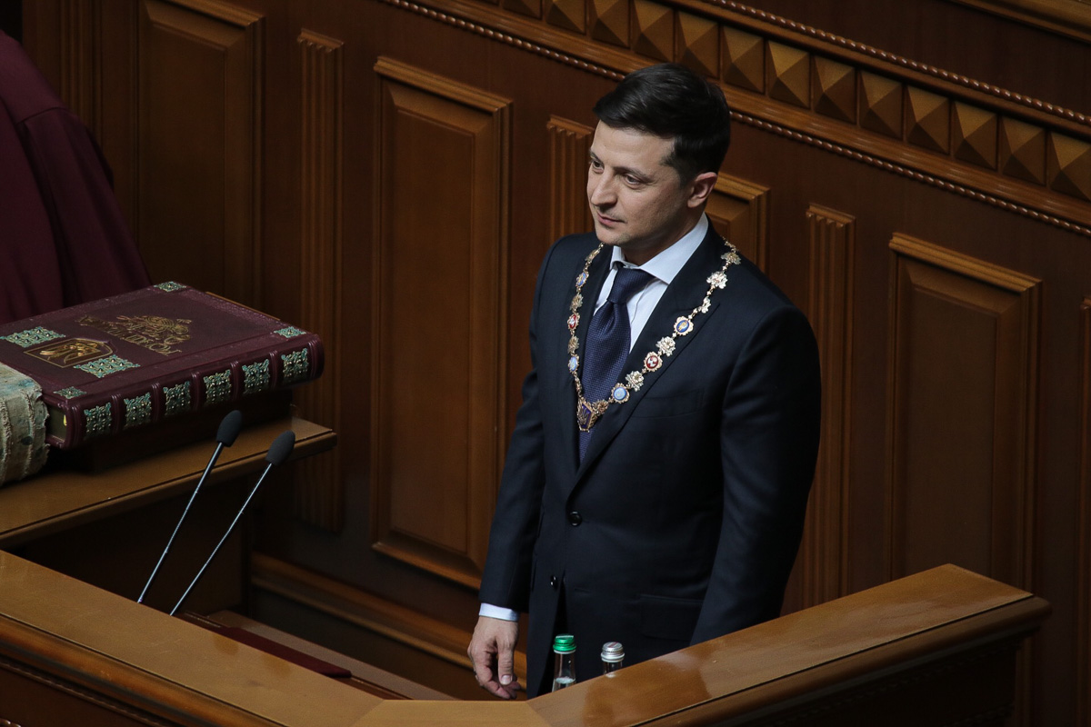 Президент Украины Владимир Зеленский объявил о роспуске Верховной Рады