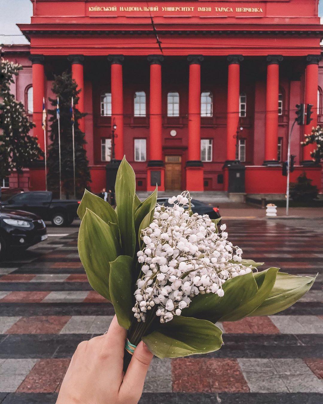 """Беспроигрышным вариантом для яркого снимка является """"красный"""" корпус КНУ, особенно когда ему признаются в любви. Фото: @alinka_yurchyk"""