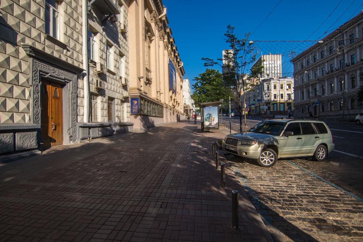 Тротуарная зона частично усеяна ямами и колдобинами