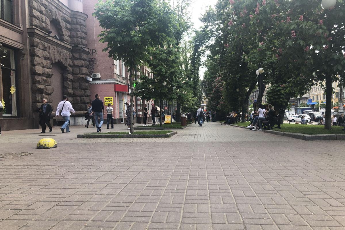 Те, что стоят вдоль улицы - стоят на месте, а те, что стояли поперек - убрали