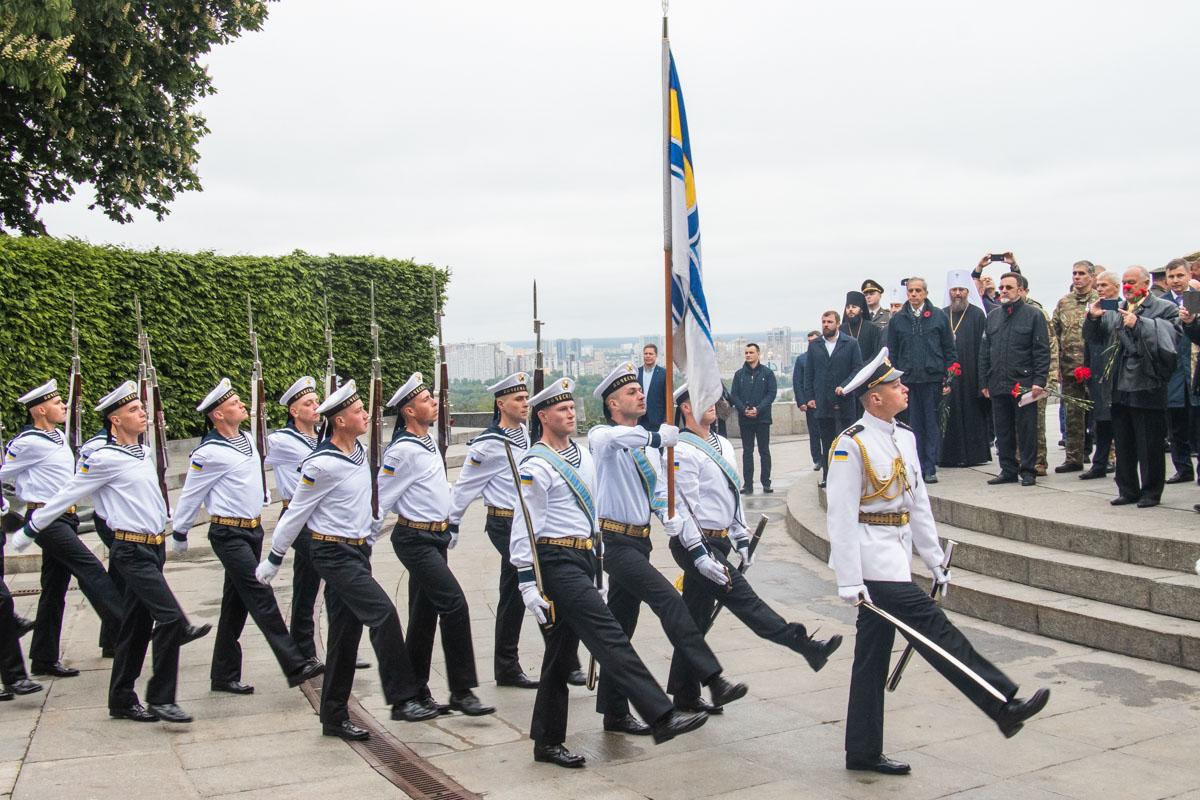 Воины Почетного караула отсалютовали залпами и прошли у памятника