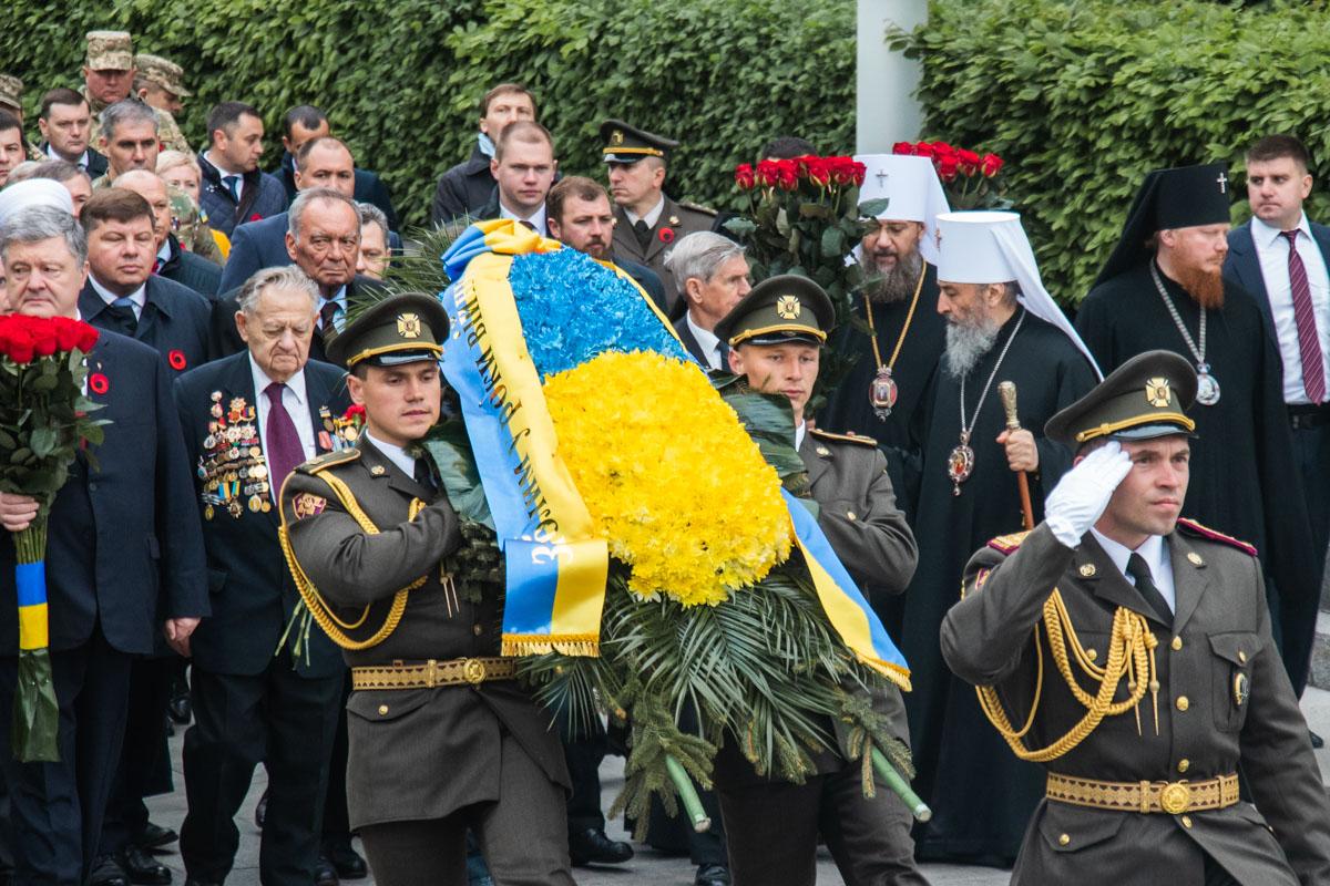 Цветы несут к могиле Неизвестного солдата