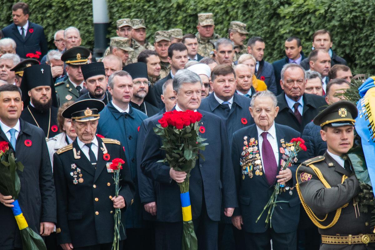 Президент и Премьер-министр пришли в окружении ветеранов