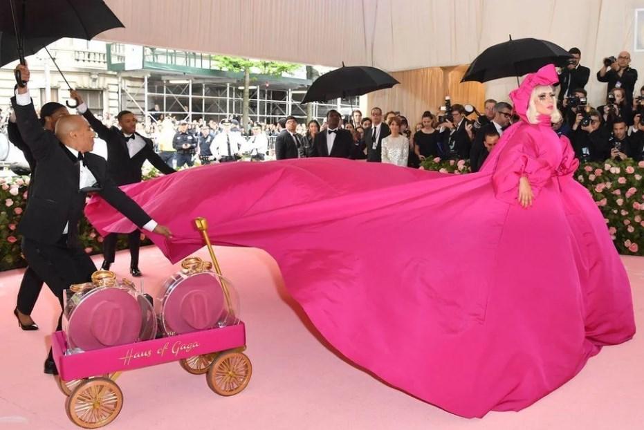 Настоящей королевой перформанса в этот вечер была Леди Гага