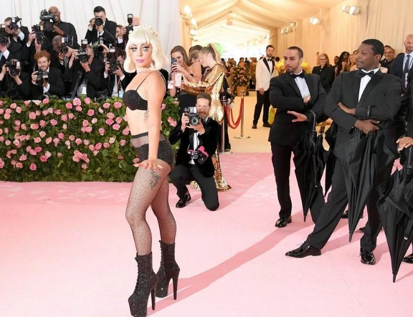 В конце Леди Гага позировала перед фотографами почти обнаженной