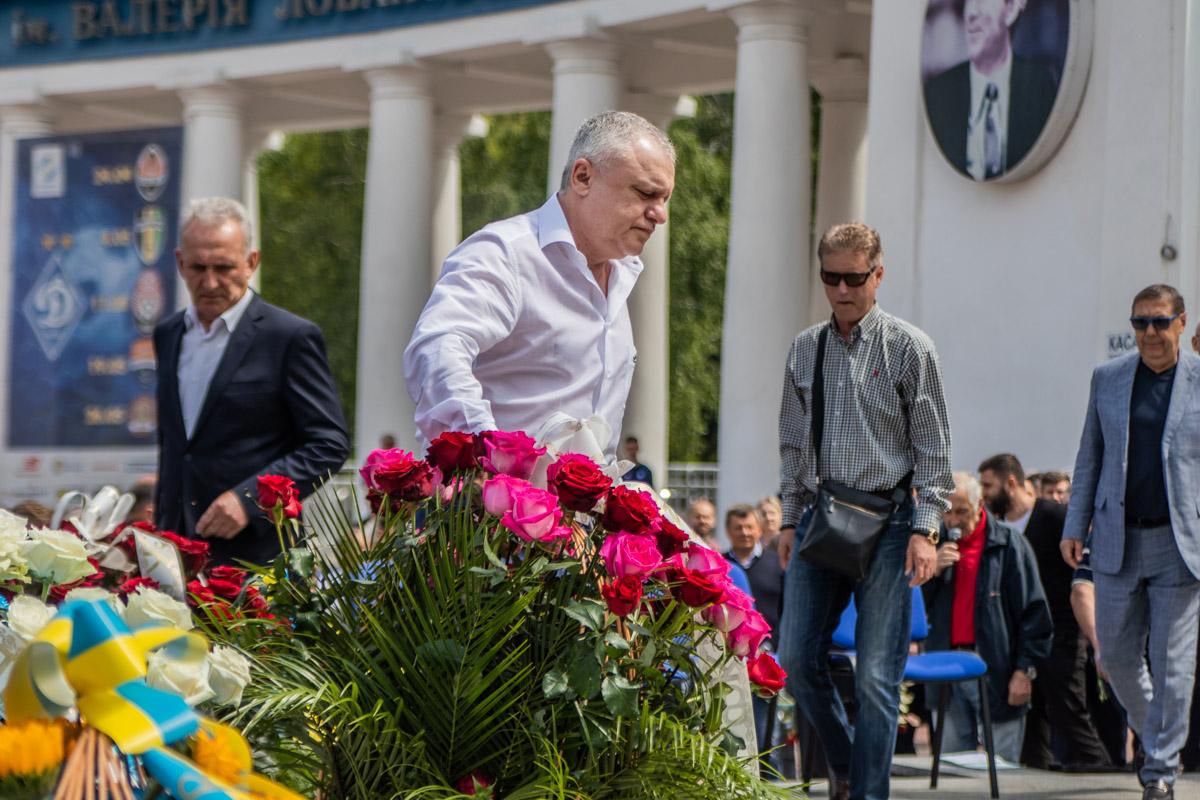 Первым возложил цветы к памятнику президент киевского клуба Игорь Суркис