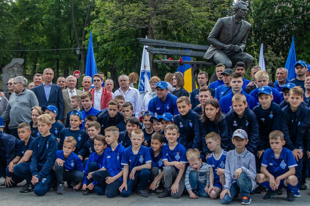 Почтить память Валерия Васильевича пришли около ста людей