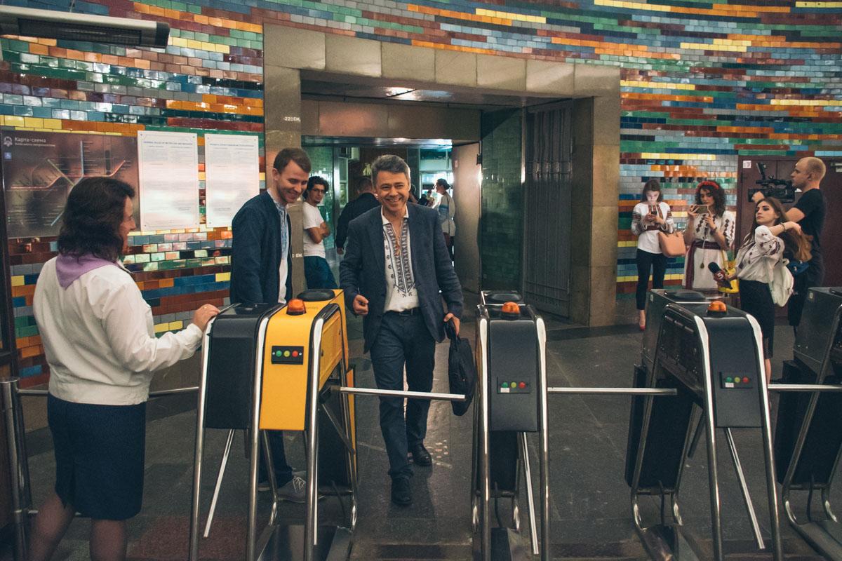 Пассажиры в вышиванках будут платить за вход в метро в 2019 году, хотя в 2018 проходили в подземку бесплатно