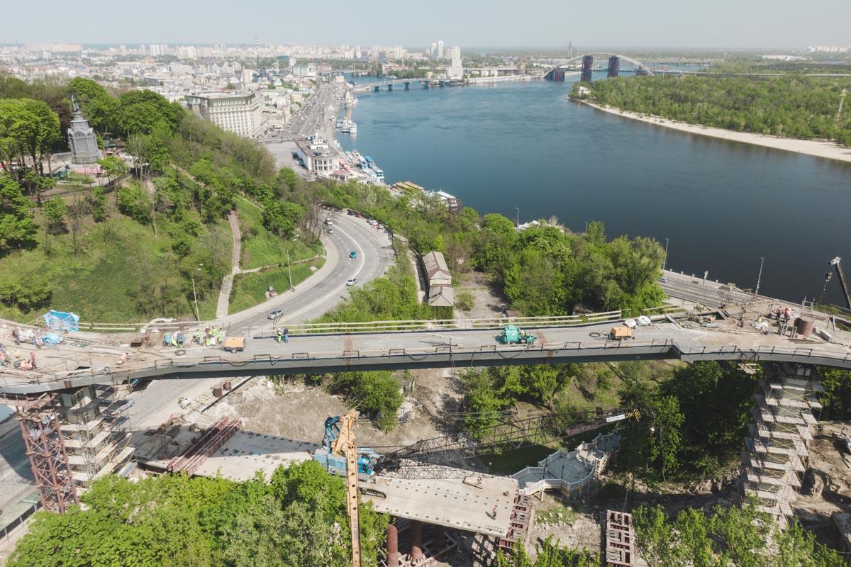 """Между парком """"Владимирская горка"""" и Аркой дружбы народов в конце мая откроют пешеходно-велосипедный мост"""