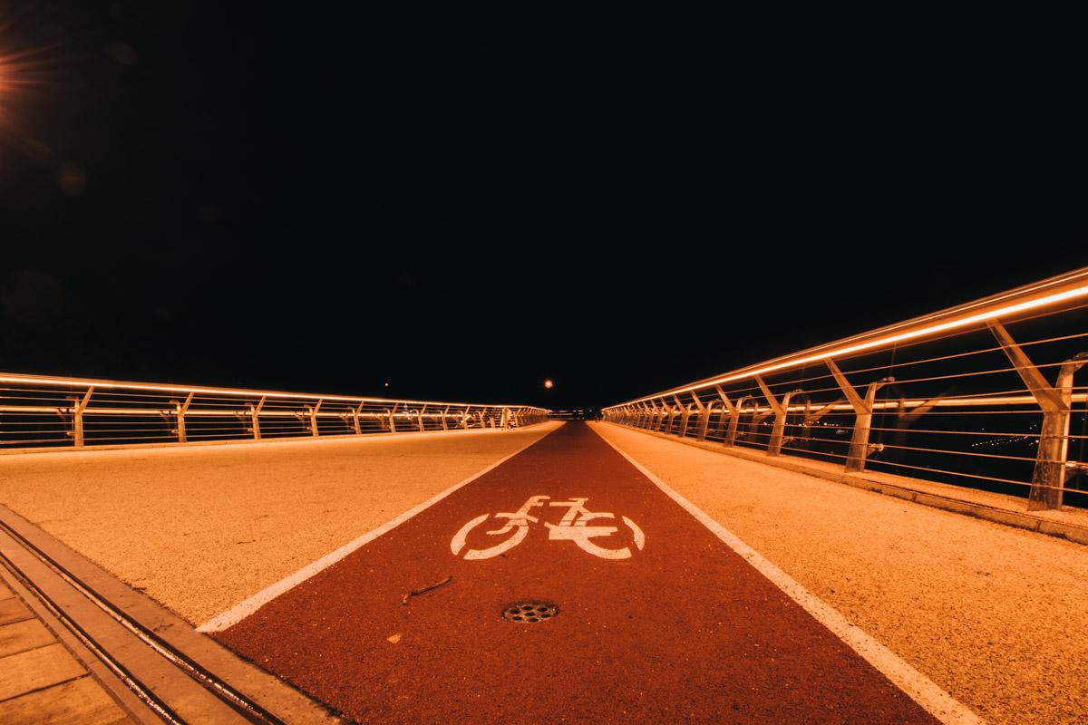 Идеальная симметрия ночного моста